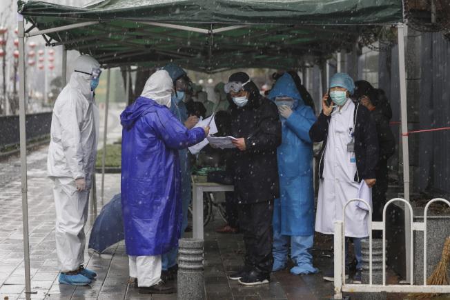 中國新冠肺炎疫情持續擴散,全中國累計增至6萬8347宗確診,死亡人數增至1662人。圖為湖北的醫院正為新來的病患檢查。(美聯社)