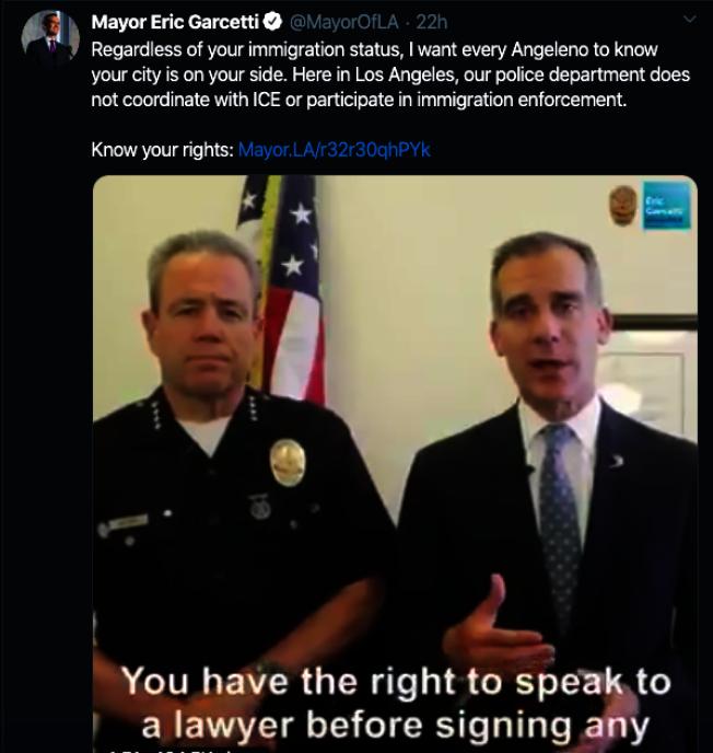 洛市市長賈西提(右)和洛市警局局長摩爾錄視頻,安撫移民社區情緒。(截取自賈西提推特)