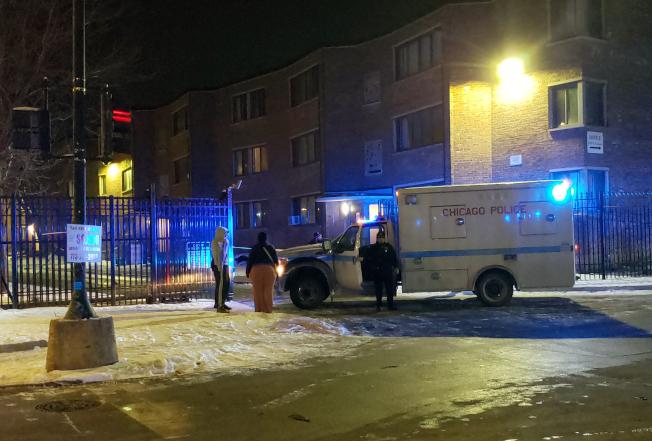 芝加哥南端一棟公寓大樓情人節當晚發生槍擊案,有六人中槍,其中包括三名少年。圖為案發後警方在現場調查。(美聯社)