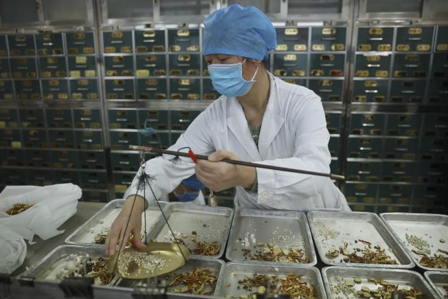 【科教文衛】(抗擊新冠肺炎)北京20家定點醫院中醫藥參與救治率90% 總有效率81% 2月15日,北京地壇醫院中醫藥藥師在配置藥物。截至2020年2月14日24時,北京市20家定點醫院中醫藥參與救治率為90%,總有效率(包括:服用中藥患者中出院+症狀改善兩類人群)為81%。 中新社發  盛佳鵬  攝