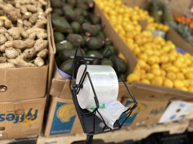 超市使用的連卷塑膠袋等不在禁令範圍。(記者鄭怡嫣/攝影)