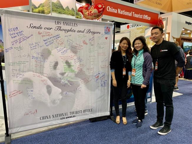 中國國家旅遊局駐洛杉磯旅遊辦事處主任武寧(左起)、旅行社業者黃靜及航空業者張平在簽名板前合影。(記者張宏/攝影)