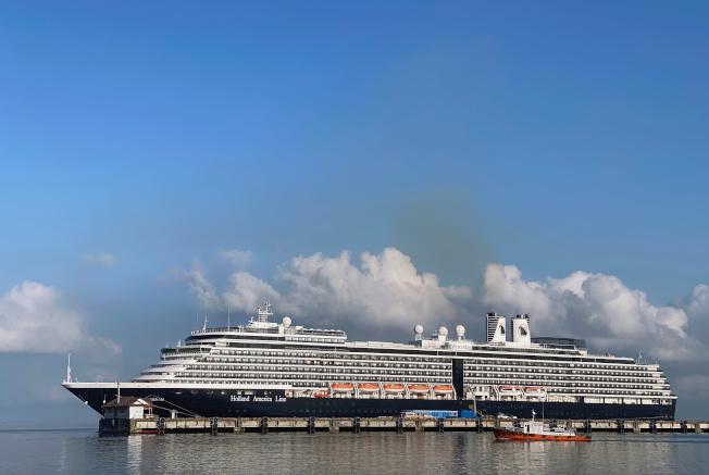 威士特丹號郵輪16日停泊在柬埔寨施亞努港。路透