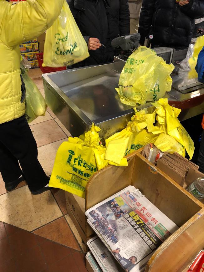 華人行將告別熟悉的超市一次性塑膠購物袋。(記者洪群超╱攝影)