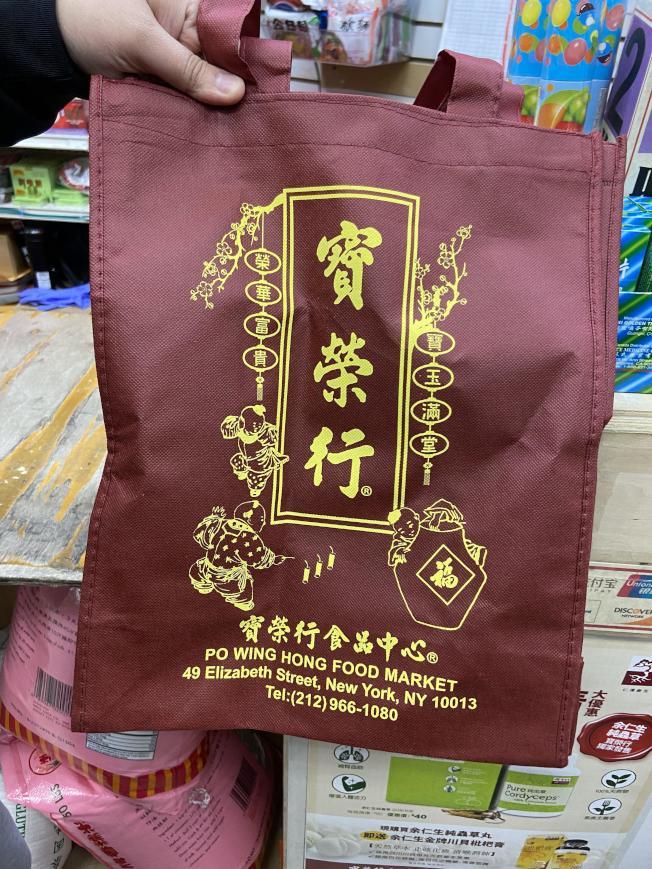 有店家已自行印製環保袋,並提供折扣鼓勵顧客使用。(記者鄭怡嫣/攝影)