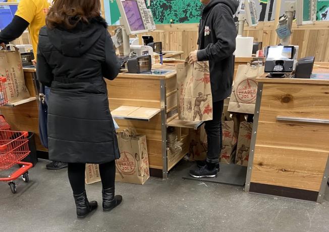 紐約市3月1日後,購物紙袋需收費5分錢。(記者鄭怡嫣╱攝影)