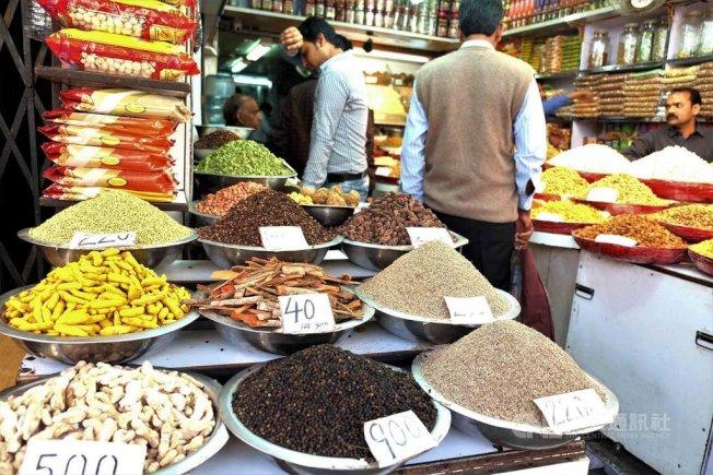 印度人每天吃的印度菜多有薑黃等各種香料,除有助消化,還能抗寒袪寒、增強免疫力,讓印度很少出現大規模流感疫情,也躲過新冠肺炎的肆虐。中央社