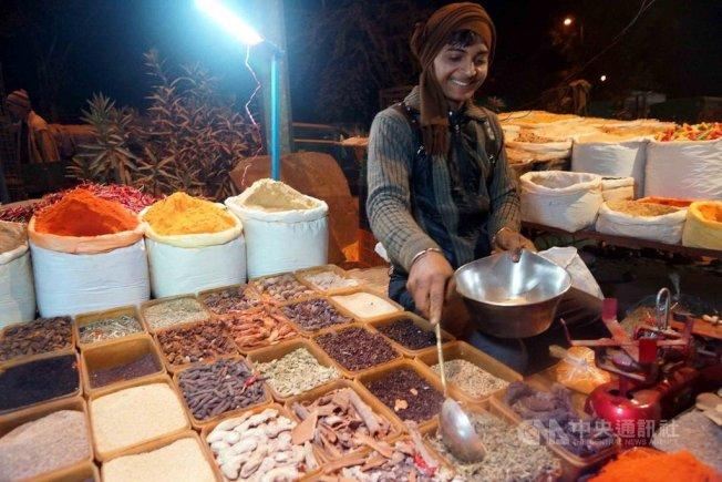 印度人經常去流動夜市買菜,由於香料是印度人每天煮菜必備,因此一定會有小販販賣五顏六色的各種香料。中央社
