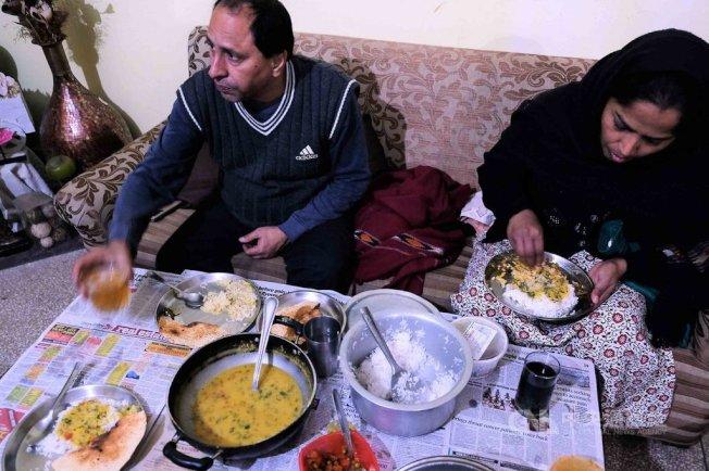 一般印度家庭每天吃的食物,大多加了薑、蒜、薑黃等諸多有殺菌、袪寒抗感冒的香料與成分。中央社