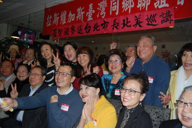 台北市議員羅智強(拿自拍器)說賭城台僑都是我的家人。(記者馮鳴台/攝影)