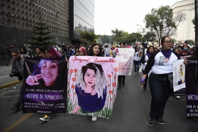 墨國多份報紙竟大篇幅刊登女子遇害照,數百名示威者14日走上街頭,痛批媒體是對女性施暴的「同謀」。(Getty Images)