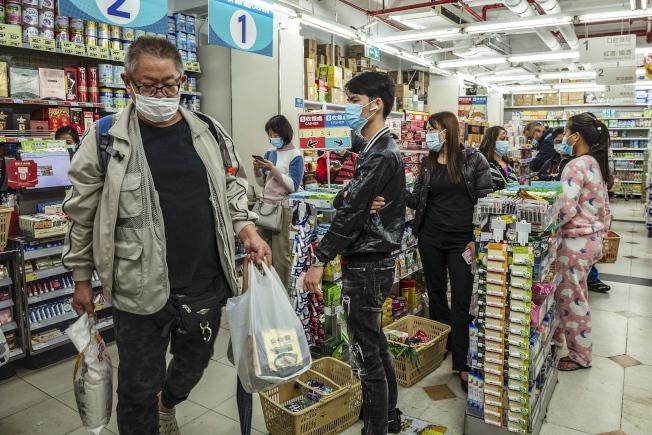 澳門已連續11天沒新增個案,民眾戴口罩在超市購買商品。(歐新社)