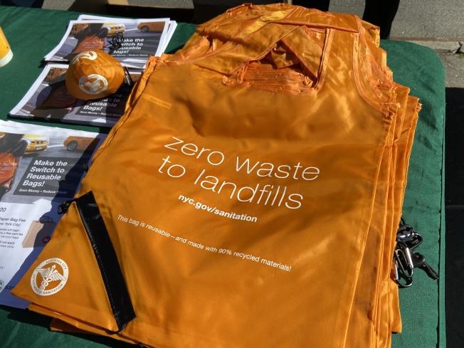 市清潔局推出的橙色環保袋。(記者鄭怡嫣╱攝影)