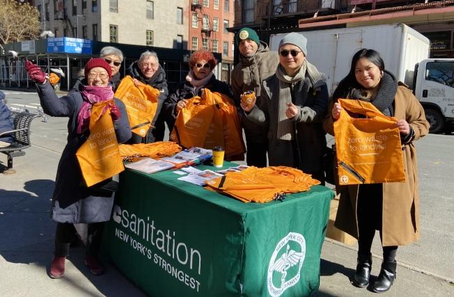 陳倩雯及其工作人員,聯合市清潔局向市民發放環保袋。(記者鄭怡嫣╱攝影)