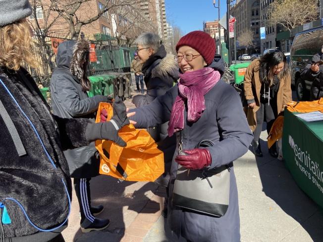 陳倩雯向市民發放免費環保袋。(記者鄭怡嫣/攝影)