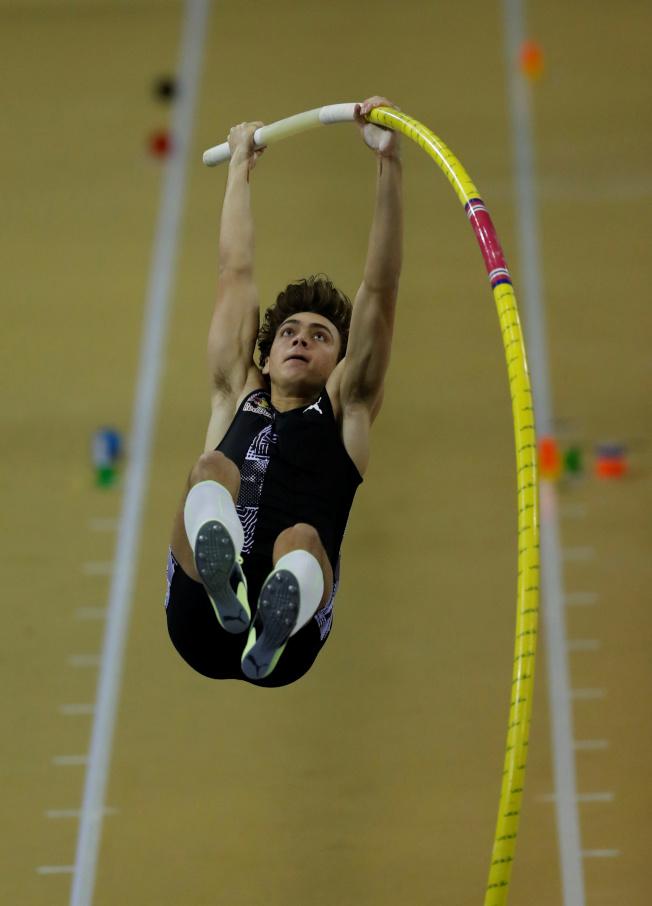 瑞典20歲撐竿跳好手杜普蘭蒂斯再度改寫世界紀錄。(路透)
