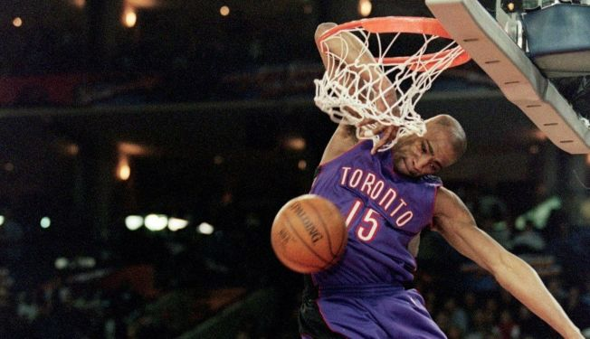 喬丹難忘卡特把手肘掛在籃框上的那記灌籃。(Getty Images)
