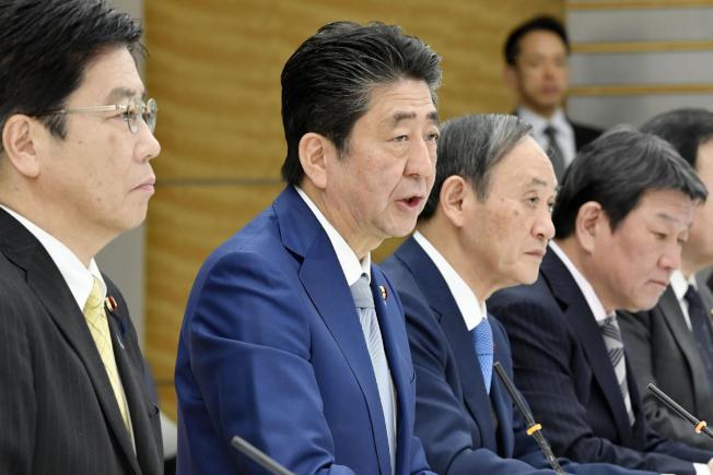 日本新型冠狀病毒肺炎疫情有升高趨勢,圖為首相安倍晉三13日主持會議討論相關事宜。(美聯社)