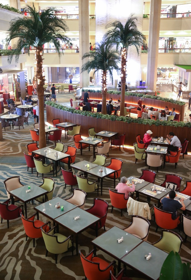 新冠肺炎疫情衝擊餐飲業,以往頗受歡迎的飯店自助餐人潮大減,多家星級飯店因此調整館內Buffet餐廳營業時間。(記者余承翰/攝影)