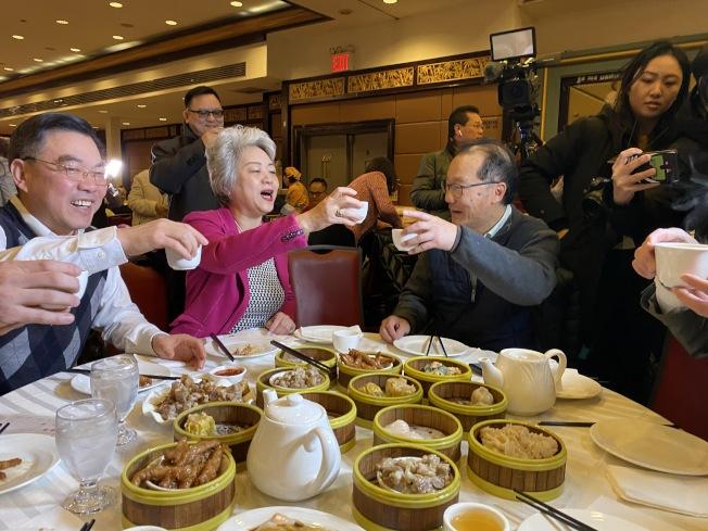 黃屏(左一)、張愛萍(左二)、田士銳(左三)在華埠金豐大酒樓吃早茶。(記者金春香/攝影)