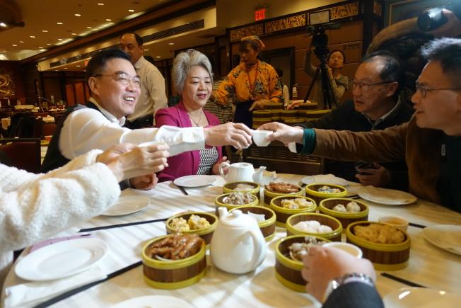 黃屏(左起)、張愛萍和田士銳等一行到華埠金豐大酒樓吃早茶。(記者金春香/攝影)