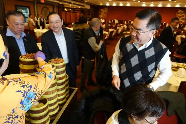 黃屏(右一)在金豐吃早茶。(記者金春香/攝影)