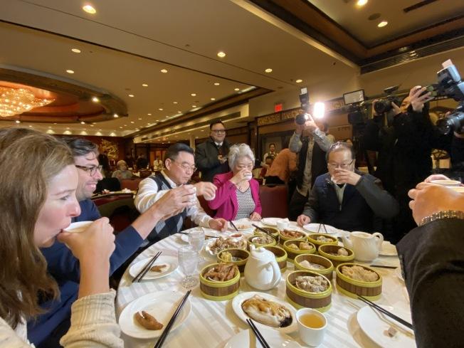 黃屏(左三)、張愛萍(左四)、田士銳(左五)在華埠金豐大酒樓吃早茶。(記者金春香/攝影)