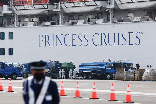 停靠日本橫濱的郵輪鑽石公主號爆發新冠病毒感染,美國宣布將接回船上美籍乘客。(Getty Images)