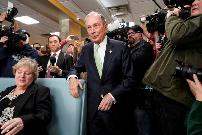 前紐約市長彭博(中)自掏腰包競選,起步比其他參選人要晚,但有後來居上之勢。圖為彭博在維州競選。(路透)