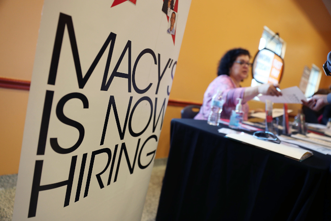 美國失業率持續接近新低,主因是市場需要大量低技術勞工。圖為梅西百貨在邁阿密徵人。(Getty Images)