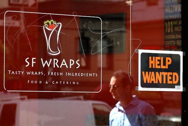 美國失業率持續接近新低,主因是市場需要大量低技術勞工。圖為舊金山一家餐館徵人。(Getty Images)