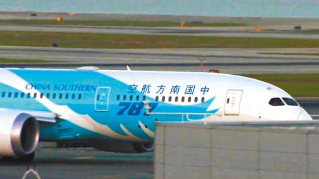 從中國來舊金山的最後一班航機,14日晚抵達,並於深夜再飛返中國。(電視新聞截圖)