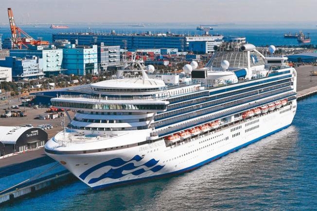 停泊在日本橫濱的鑽石公主號,15日又再有70個確診病例。(美聯社)