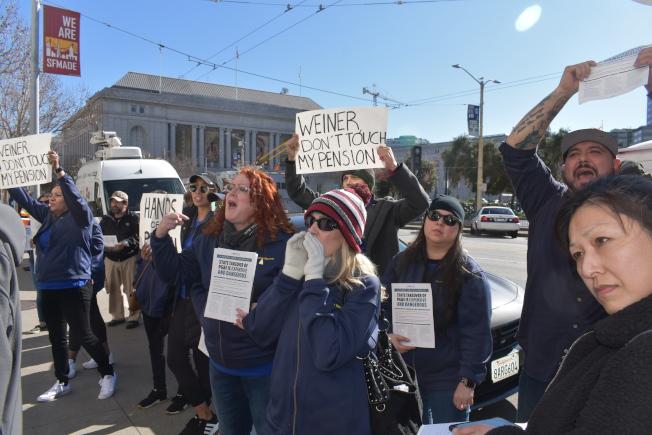 代表PG&E員工的IBEW1245工會抗議威善高的新法案。(記者黃少華/攝影)