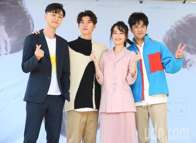 顏毓麟(右起)、柯佳嬿、許光漢、施柏宇出席「想見你」簽書會。(記者余承翰/攝影)