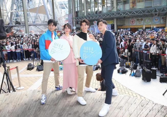 顏毓麟(左起)、柯佳嬿、許光漢、施柏宇出席「想見你」簽書會。(記者余承翰/攝影)