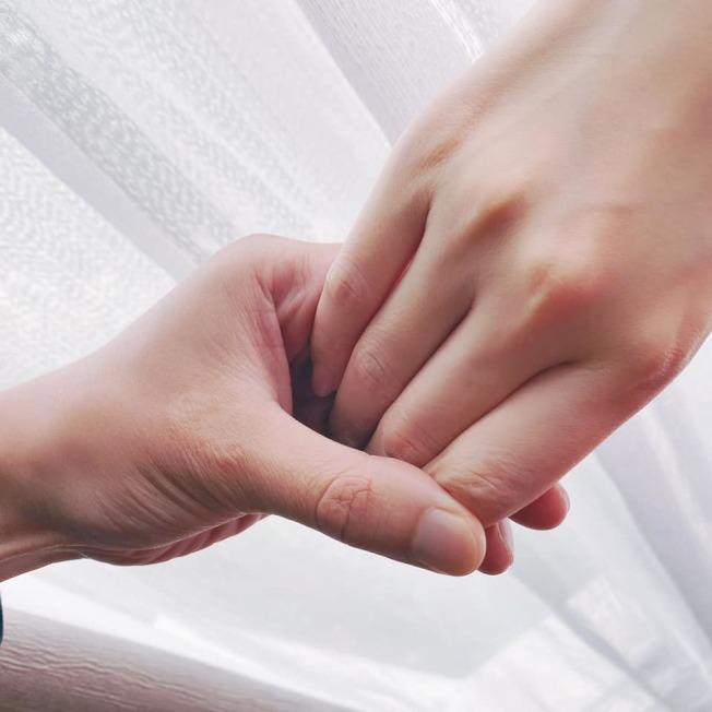 畢書盡選在情人節宣布結婚喜訊,還秀出兩人牽手照。(取材自臉書)