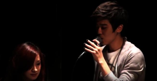 Bii曾在2011年拉前女友Jessie上台唱情歌告白。(取材自YouTube)