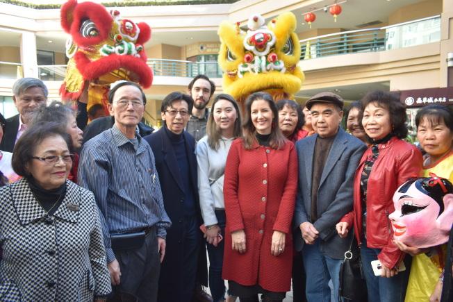 市長薛麗比(前右四)到訪富興中心與華埠民眾交談。(記者黃少華/攝影)