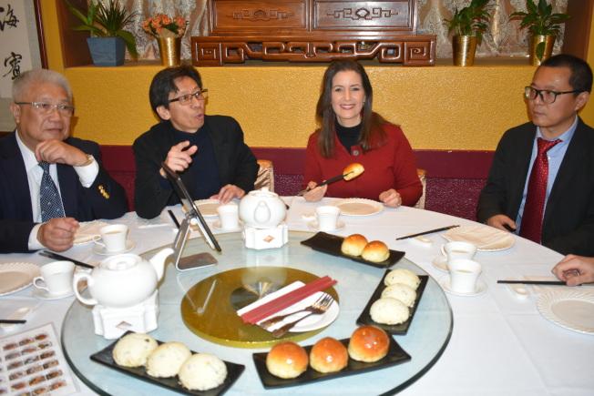市長薛麗比(右二)稱讚金牡丹海鮮茶寮的點心新鮮美味。左起:趙英武、陳錫澎、薛麗比、時晨光。(記者黃少華/攝影)