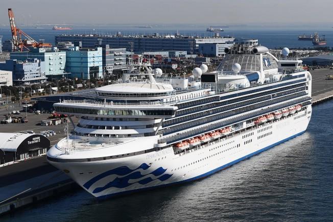 停泊在日本横濱的鑽石公主號,15日又有70人確診感染新冠狀病毒肺炎。(美聯社)
