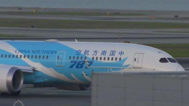 從中國來舊金山的最後一班航機,已於14日晚抵達,並於深夜再飛返中國。(電視新聞截圖)
