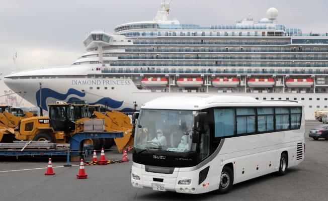 加拿大政府15日表示,將派遣包機接回鑽石公主號郵輪上的加拿大人。圖為停靠在橫濱港的鑽石公主號。歐新社
