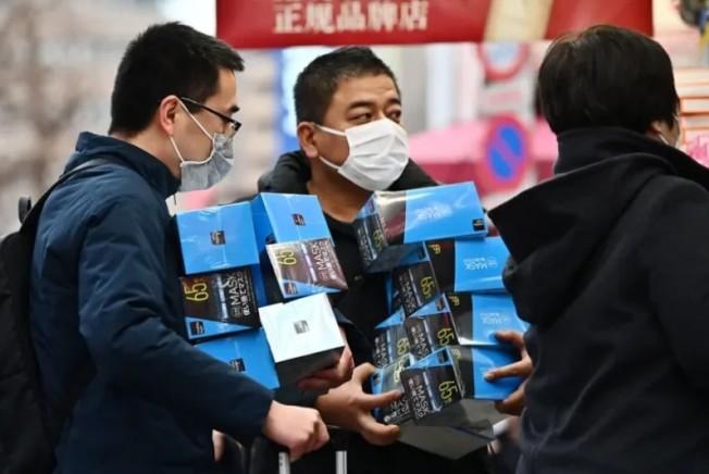 日本新冠肺炎疫情持續升溫,民眾紛紛搶購口罩。圖╱GettyImages