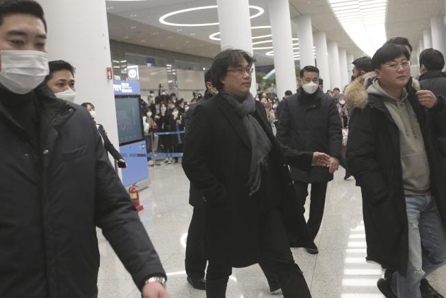 奉俊昊(Bong Joon-ho)抵達南韓時,有約300名記者與粉絲在仁川國際機場(Incheon International Airport)等候。(美聯社)