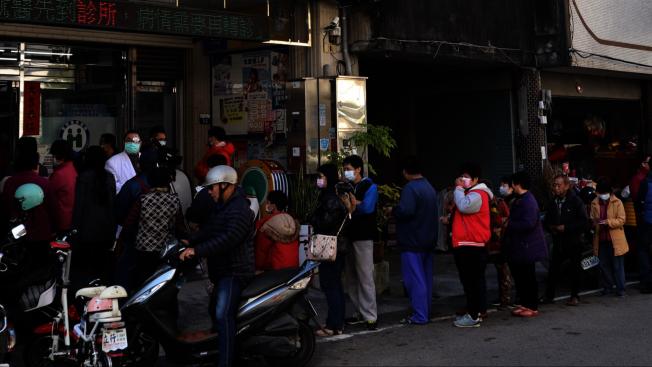 台灣中部地區出現全台首宗新冠肺炎死亡病例,不少民眾一早排隊買口罩。圖/讀者提供