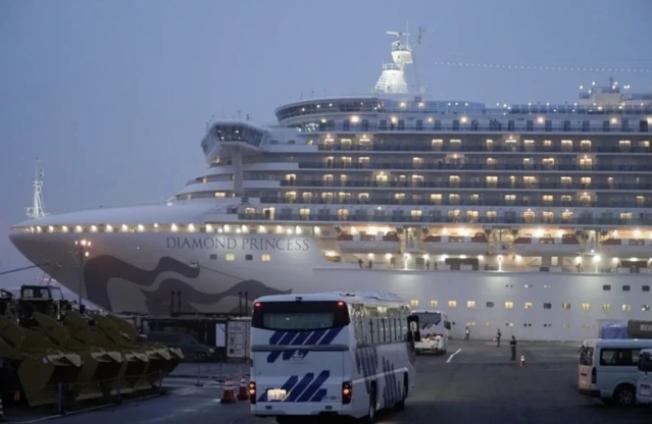 幾輛窗簾緊閉的巴士16日開向鑽石公主號郵輪停靠的日本橫濱港。歐新社