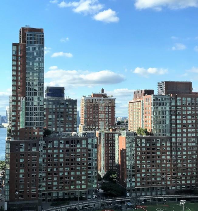 紐約市一些房東擔心承擔租房中介費用,在新規叫停後,仍然漲租。(記者朱蕾/攝影)