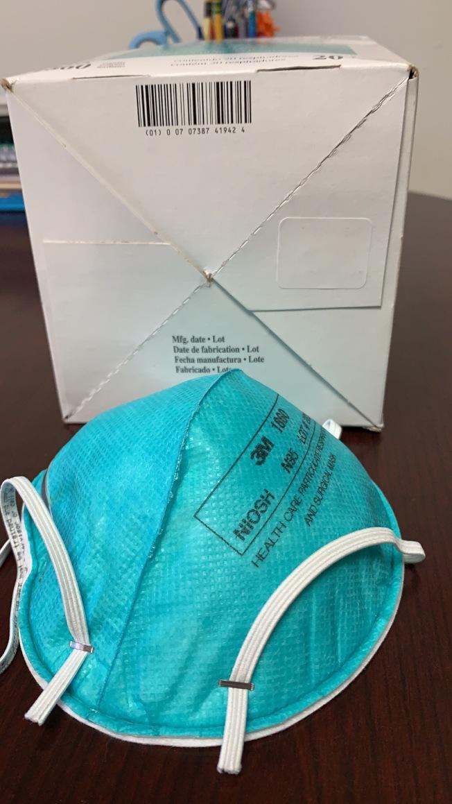 程正勤近日網上購買醫用口罩準備捐獻武漢同濟醫院,發現口罩有效期已經過去七年。(程正勤提供)