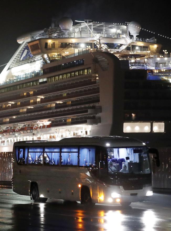 17日凌晨靠在日本橫濱港的郵輪「鑽石公主號」,船上多位國際乘客確診為新型肺炎的患者,形成國際公共衛生危機。(美聯社)